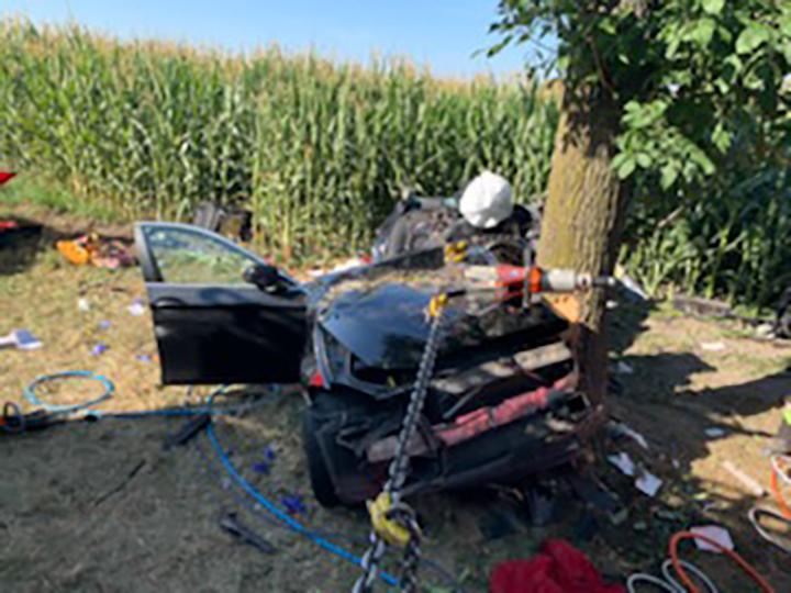 Wypadek w Unierzyżu. Auto uderzyło w drzewo [aktualizacja, fot.]