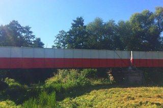 Czterdziestometrowy most jak biało-czerwona flaga