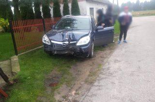 Giednia. Opel uderzył w ogrodzenie. Aktualizacja