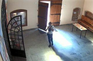 Okradł skarbonkę w przasnyskim kościele. Szuka go policja [FOTO]