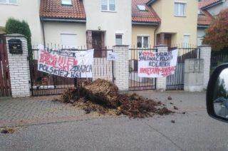 Odpowie za wywiezienie gnoju pod dom posła i zniesławienie
