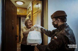Mazowieccy terytorialsi dostarczają obiady kombatantom