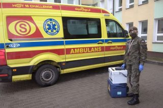 Żołnierze dostarczają ciepłe posiłki dla bezdomnych i odciążają personel medyczny.