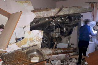 Volvo przebiło ścianę i wpadło do kuchni
