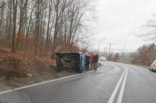 Uwaga ślisko! Auto wywrócone na bok [foto]