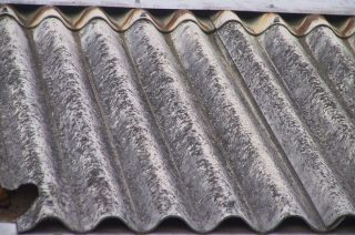Z dachów stopniowo znika szkodliwy azbest