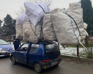 A to pieron! Pakunek na dachu dwa razy większy niż auto