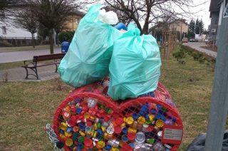 Podrzucanie śmieci to świństwo, a w tym przypadku szczególne