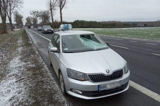 Groźny wypadek w Żurominku. Z naczepy ciężarówki spadł lód na inne auto