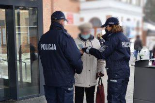 Policja rozdawał prezenty z okazji dnia Babci i Dziadka