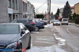 Parkują jak chcą, a piesi chodzą środkiem ulicy