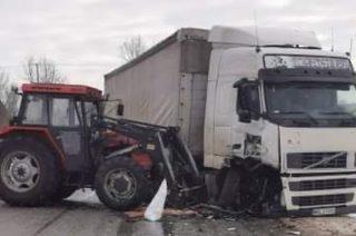 Szumsk. Ciężarówka zderzyła się z ciągnikiem [FOTO]