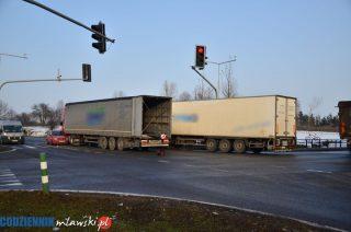 """Zderzenie trzech aut na skrzyżowaniu Warszawskiej i """"siódemki"""" [FOTO]"""