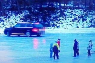 Kręcił bączki autem na zamarzniętej rzece [FILM]