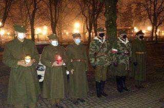 Znicze i kwiaty w miejscach pamięci o Żołnierzach Wyklętych