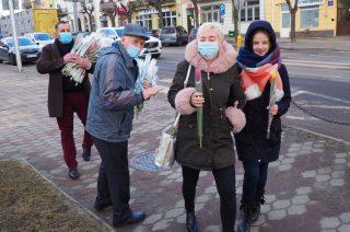 W Mławie rozdawali paniom tulipany na ulicy