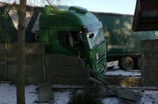 Nosarzewo Borowe. Ciężarówką staranował ogrodzenie [FOTO]