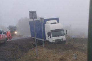 Ciężarówka wpadła do rowu koło wieży [FOTO]