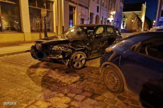 Za kierownicą BMW rozbiła 5 aut i witrynę sklepu [FILM]