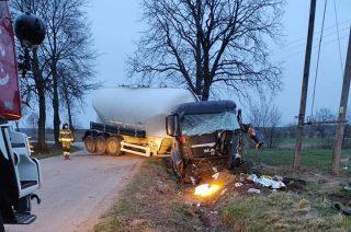 Wypadek koło Kęczewa. Ciężarówka uderzyła w drzewo