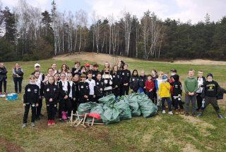 Zbierali śmieci z mławskiego lasu