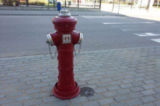 Pamiątkowy hydrant stanął na rogu ulic Żeromskiego i 3 Maja