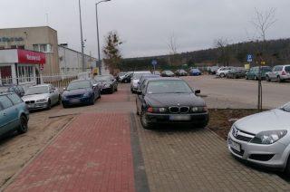Straż miejska nie przyjechała, a samochody parkują dalej