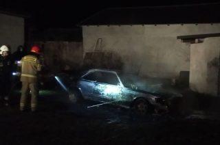 Nocny pożar mercedesa w Dębsku [FOTO]
