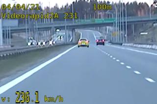 """Pędził 236 km/h po krajowej """"siódemce""""! [FILM]"""