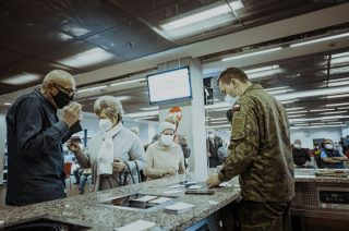 Żołnierze 5 Brygady OT wspierają punkty szczepień powszechnych