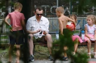 """Jak reagowały dzieci, gdy """"fałszywy pedofil"""" próbował je wyprowadzić z placu zabaw? [FILM]"""