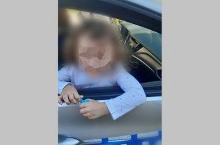 4-latka sama wyszła z domu na ulicę. Policyjny patrol odnalazł jej dom i mamę