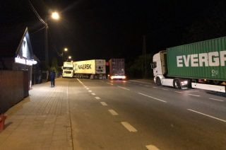 """Nocny karambol ciężarówek na """"siódemce"""" w Wiśniewie"""
