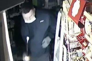 Okradł sklep w Wiśniewie. Policja publikuje wizerunek złodzieja