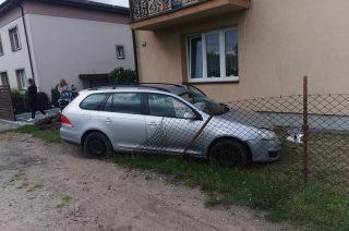 Mława. Auto rozbite, kierowca w szpitalu i dwa zniszczone ogrodzenia [FOTO]