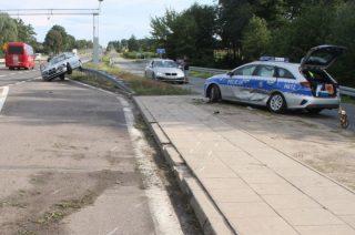 Policjanci zdążyli odskoczyć zanim BMW uderzyło w radiowóz