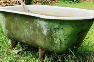 Amator kąpieli czy złomiarz? Zginęły trzy wanny