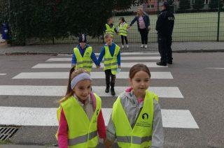 Pierwszaki ćwiczyły bezpieczne przechodzenie przez jezdnię
