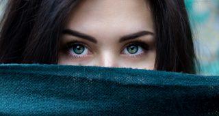 Makijaż na większe wyjście – czego użyć i jak go wykonać, aby trzymał się całą noc