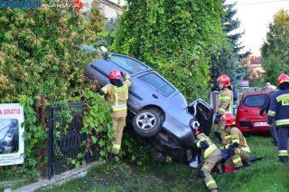 Są wstępne ustalenia policji: Przeleciał nad zaparkowanym autem i wbił się w ogrodzenie