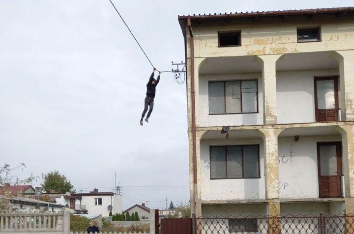 Jak Spiderman. Uciekał przed policją z dachu po zwisających przewodach energetycznych