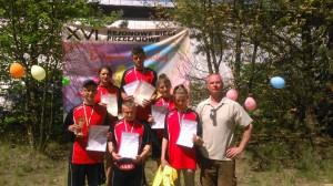 7. reprezentacja Mławy z medalami i nauczyciel wychowania fizycznego Dariusz Woźniak