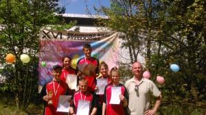 8. reprezentacja Mławy z medalami i nauczyciel wychowania fizycznego Dariusz Woźniak